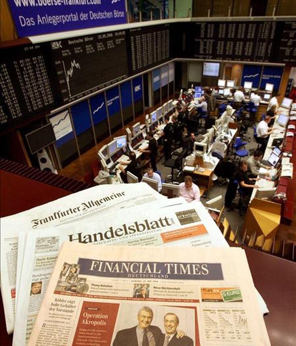 Un ejemplar de la edición alemana del Financial Times en un balcón de la Bolsa de Fráncfort, en Alemania. EFE/Archivo