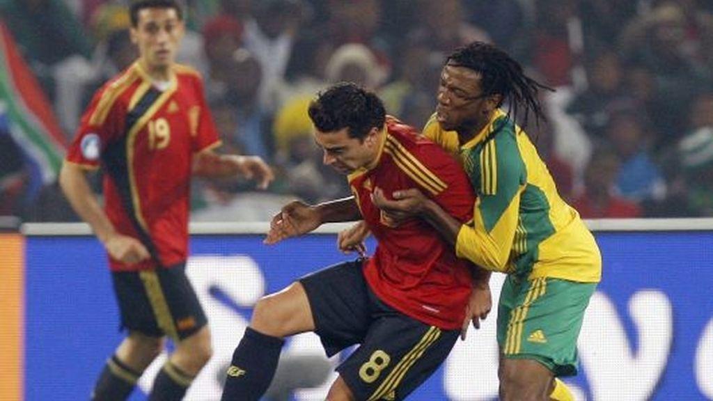 Xavi protege el balón ante el sudafricano Sibaya. FOTO: EFE.