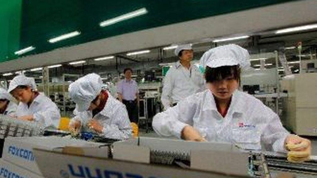 La empresa china Foxconn fabrica componentes para Apple. Su nombre saltó a los medios por el drástico aumento de suicidios entre sus empleados. en la foto cadena de montaje de Foxconn Archivo EFE