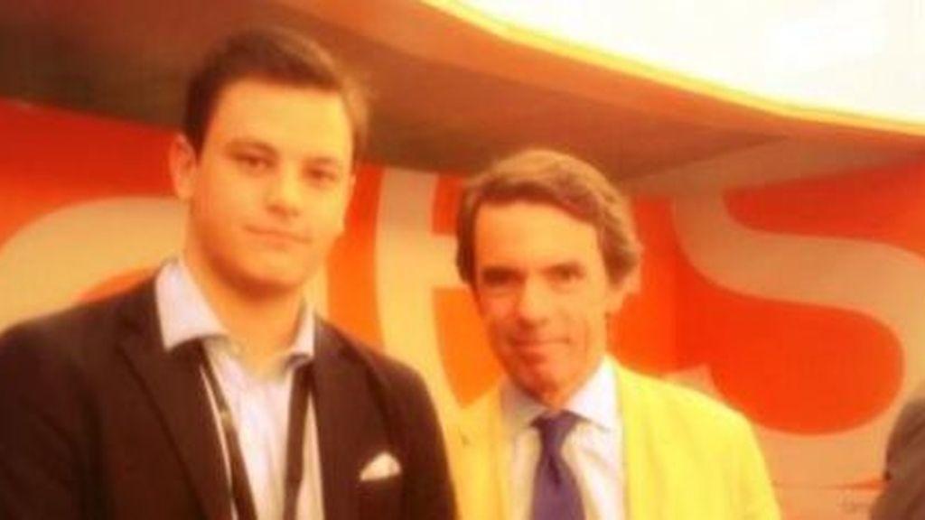 Jaime Mora, miembro de NNGG junto al expresidente del gobierno del PP, José María Aznar