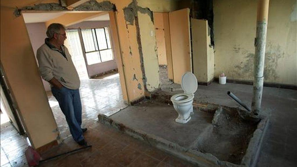Un hombre observa el interior de un departamento destrozado en Santiago de Chile, a raiz del terremoto que sacudió el país el pasado 27 de febrero. EFE/Archivo