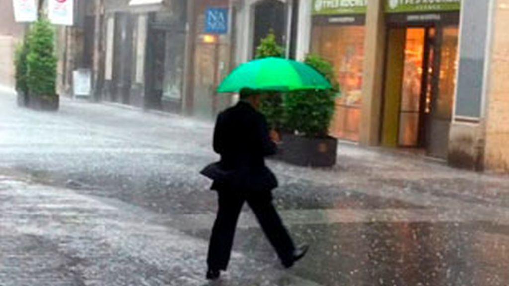 Media España en alerta por lluvias y tormentas. Vídeo: Informativos Telecinco.