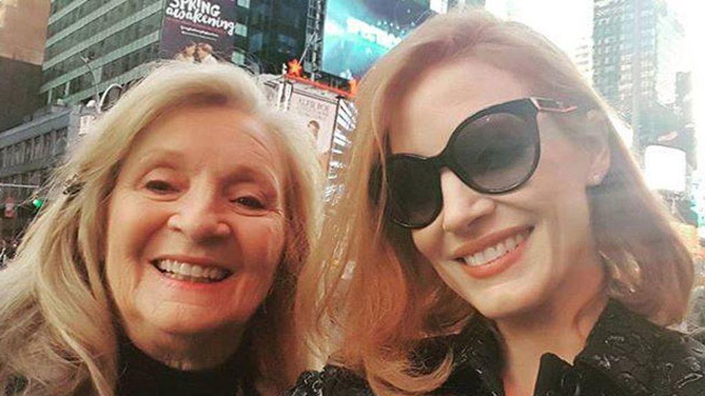 Jessica Chastain con su abuela, al teatro a ver a Al Pacino, el 'crush' de su juventud