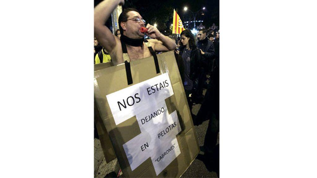 Decenas de miles de personas se han manifestado esta tarde en el centro de Barcelona contra los recortes, en una movilización convocada por los principales sindicatos en el marco de la jornada de huelga general convocada hoy en toda España