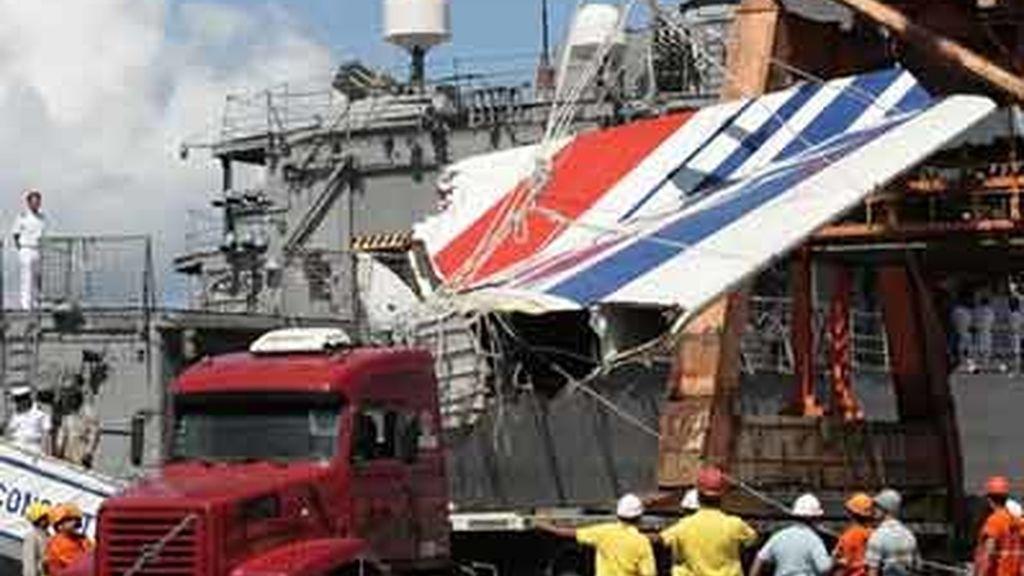 Imagen del momento en que son descargados en el aeropierto de Recife algunos de los cadáveres recuperados tras el accidente de un Airbus de Air France. Foto: AP