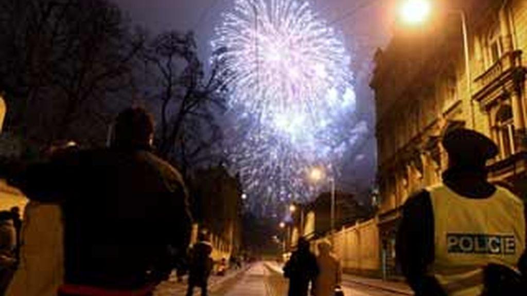 Imagen de los fuegos que inudaron el cielo de la noche de Praga. Foto: EFE
