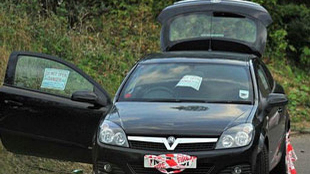 Antes de suicidarse, habían colocado un cartel en el coche donde anunciaban sus propósitos y advertían de que era peligroso abrir el vehículo. FOTO: AP