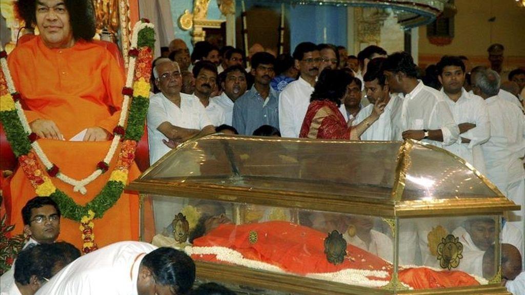 Devotos velando el cuerpo de Sathya Sai Baba en Puttaparti (India) hoy. EFE