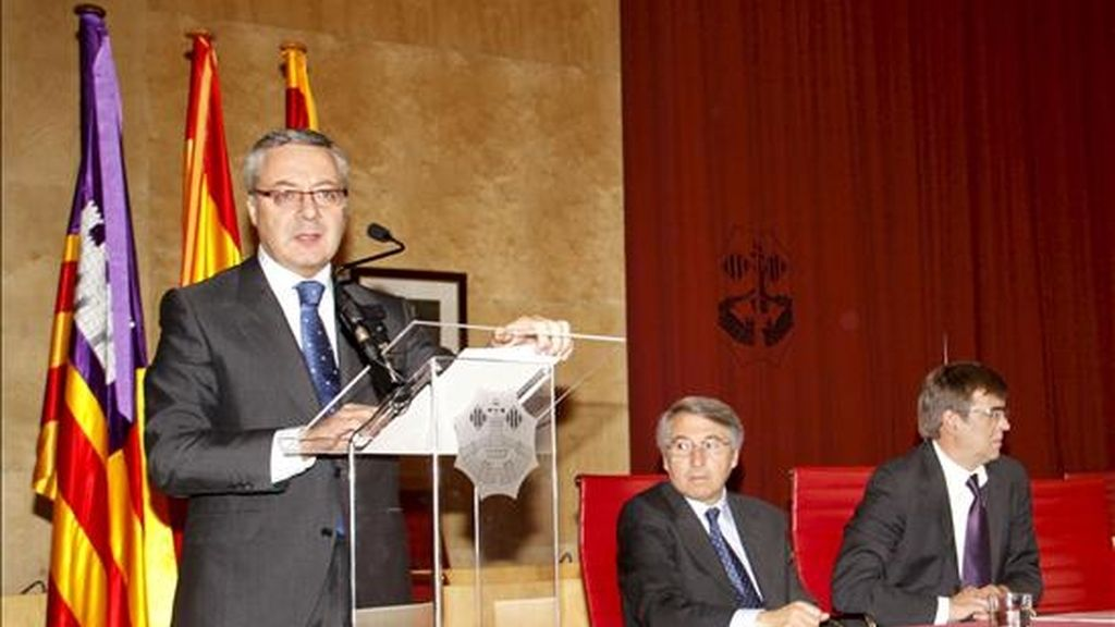 El ministro de Fomento, José Blanco (i), hoy en Menorca. EFE