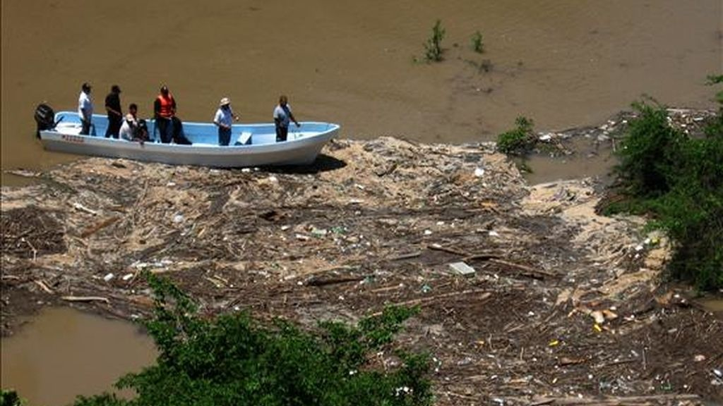 Equipos de rescate mexicanos durante la búsqueda de los jóvenes españoles desaparecidos tras volcar su barca cuando cruzaban un río. EFE/Archivo
