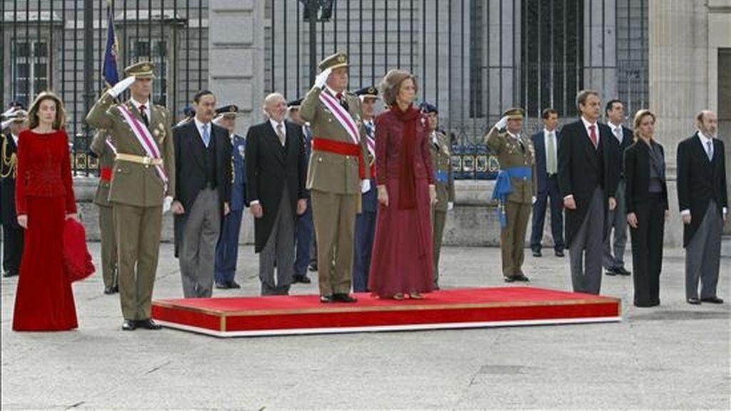El rey Juan Carlos, acompañado de la reina Sofía y los Príncipes de Asturias, el presidente del Gobierno, José Luis Rodríguez Zapatero (3d) y los ministros de Defensa, Carme Chacón (2d), e Interior, Alfredo Pérez Rubalcaba (d), en la Plaza de la Armería, en la celebración de la Pascua Militar, el pasado año. EFE