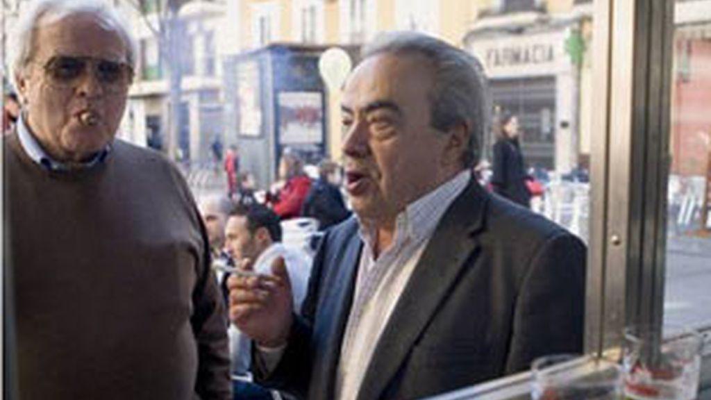 Salir a la calle a fumar, excusa para los 'sin-pa'. Vídeo: Informativos Telecinco
