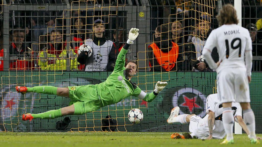 Di María pudo adelantar al Madrid de penalti; pero se resbaló al tirar y Weidenfeller paró la pena máxima