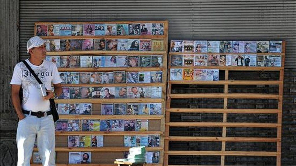 Un hombre vende copias piratas de CDs y DVDs en un pequeño puesto particular en La Habana, Cuba, día en el que comienza, en cinco ministerios cubanos, el proceso de reordenamiento laboral que supondrá la supresión de unos 500.000 empleos estatales a lo largo del año. EFE