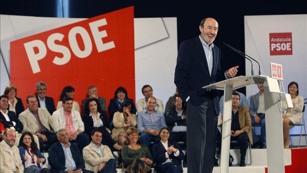 El vicepresidente primero del Gobierno, Alfredo Pérez Rubalcaba, durante su discurso en el acto político del PSOE celebrado hoy en Sevilla. EFE