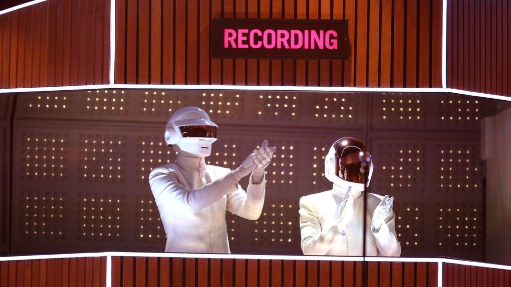 Daft Punk actuando durante los premios Grammy