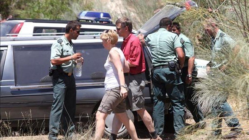 Agentes de la Guardia Civil junto a un coche funerario en la zona conocida como Monte Castillo en Espiel (Córdoba), donde fue hallado el cadáver del niño de 5 años. EFE/Archivo