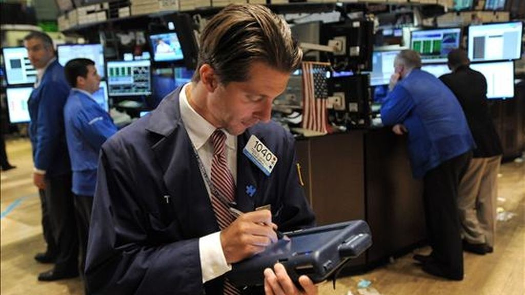 El índice Dow Jones de Industriales cerró hoy con un avance del 0,74% (75,53 puntos) y llegó a 10.229,96 unidades. EFE/Archivo