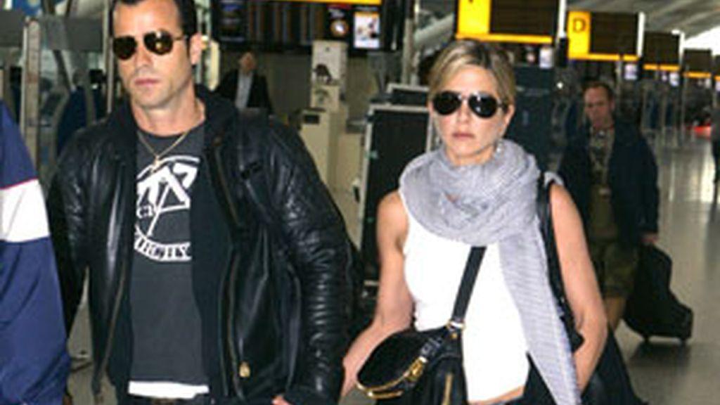 Jennifer Aniston y Justin Theroux, en el aeropuerto de Londres. Foto: Gtres