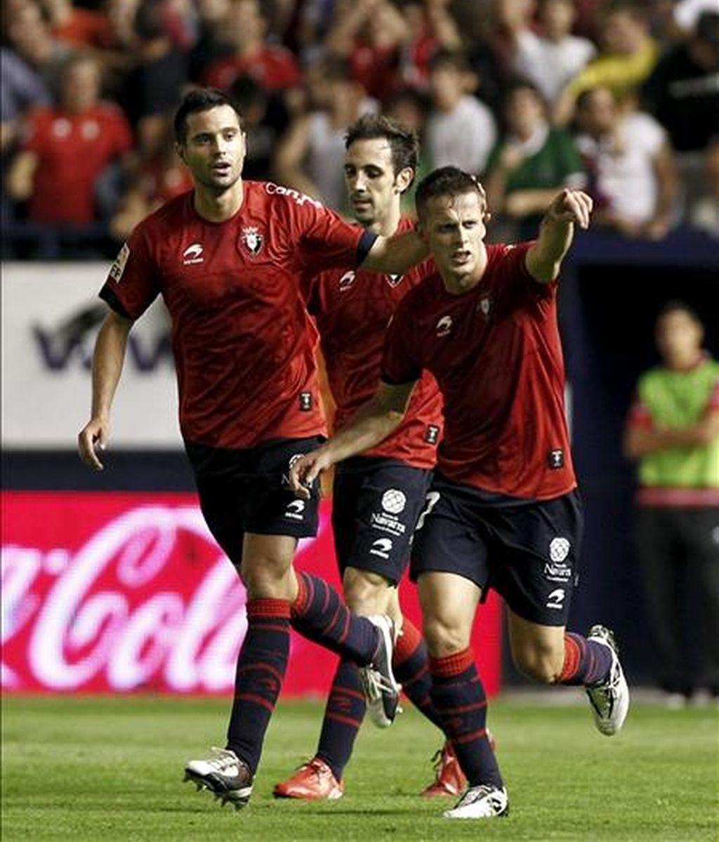 Los jugadores de Osasuna, (i-d), Flaño, Juanfran y Camuñas, celebran el segundo gol del equipo rojillo, durante el encuentro correspondiente a la cuarta jornada de primera división en el estadio Reyno de Navarra de Pamplona. EFE