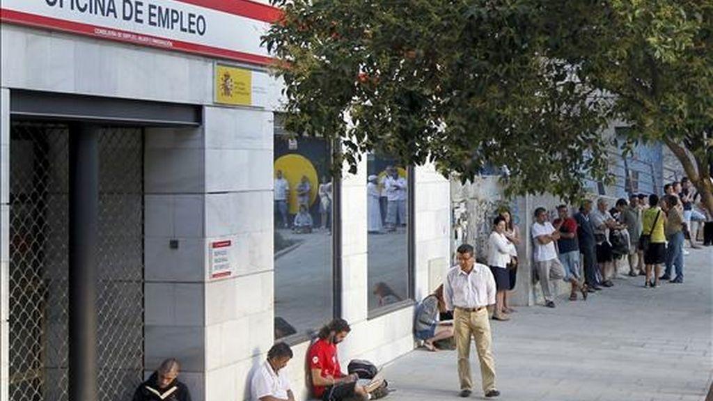 Numerosas personas hacen cola ante una oficina de empleo de Madrid. EFE/Archivo