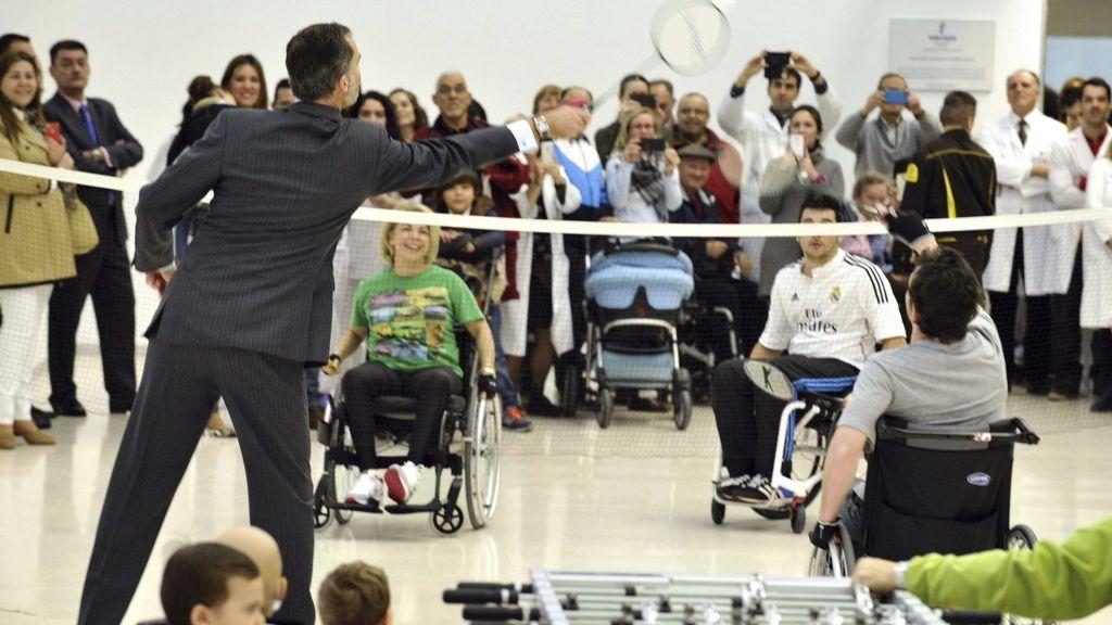 El rey con los pacientes del Hospital de Parapléjicos de Toledo