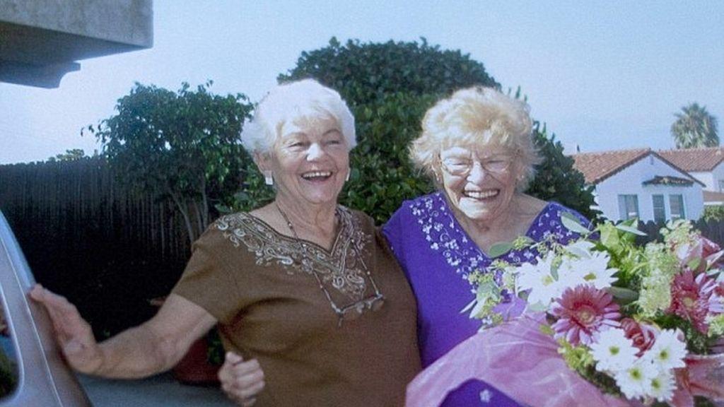 Las dos mujeres, Minka Disbrow, de 100 años y su hija de 77 (a la izqda), el día en que se conocieron.