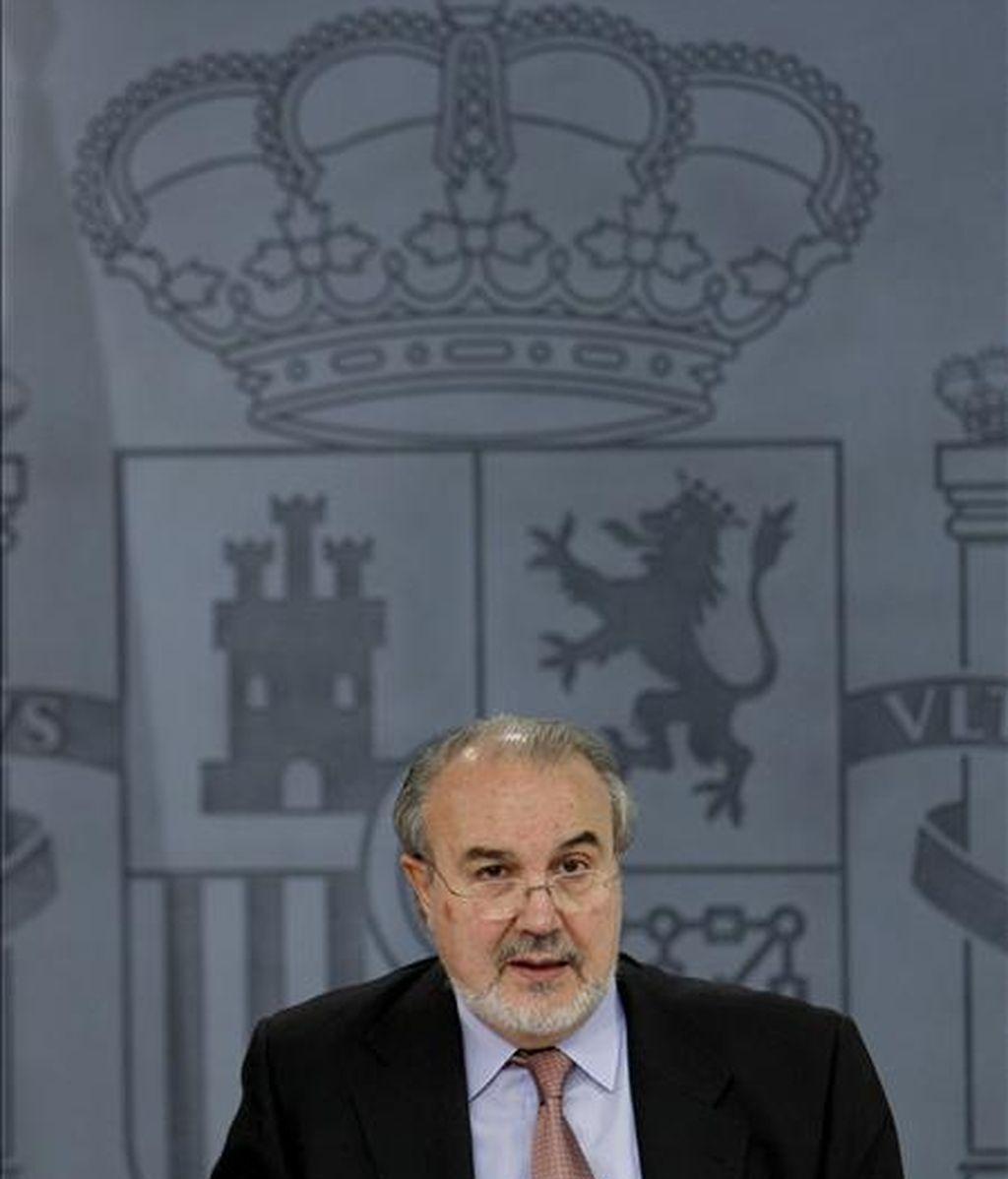 El vicepresidente segundo del Gobierno y ministro de Económia, Pedro Solbes durante una rueda de prensa posterior al Consejo de Ministros. EFE/Archivo