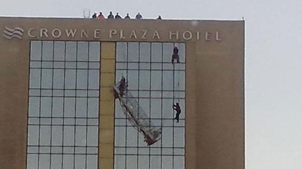 Rescatados dos limpiacristales tras quedar colgados en un rascacielos de Santiago de Chile