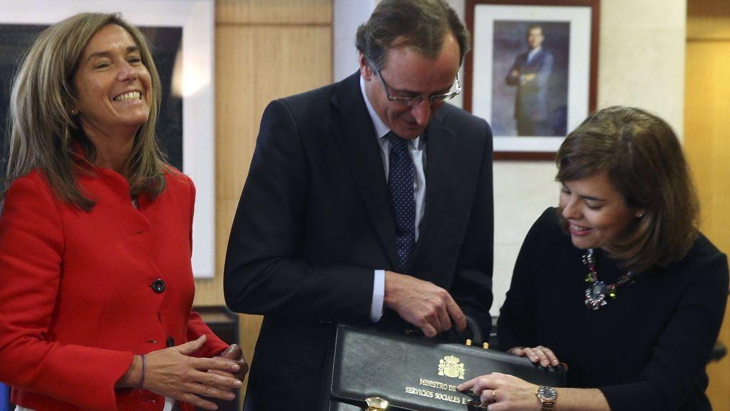 El nuevo ministro de Sanidad, Alfonso Alonso, tras recibir la cartera de manos de su antecesora, Ana Mato.