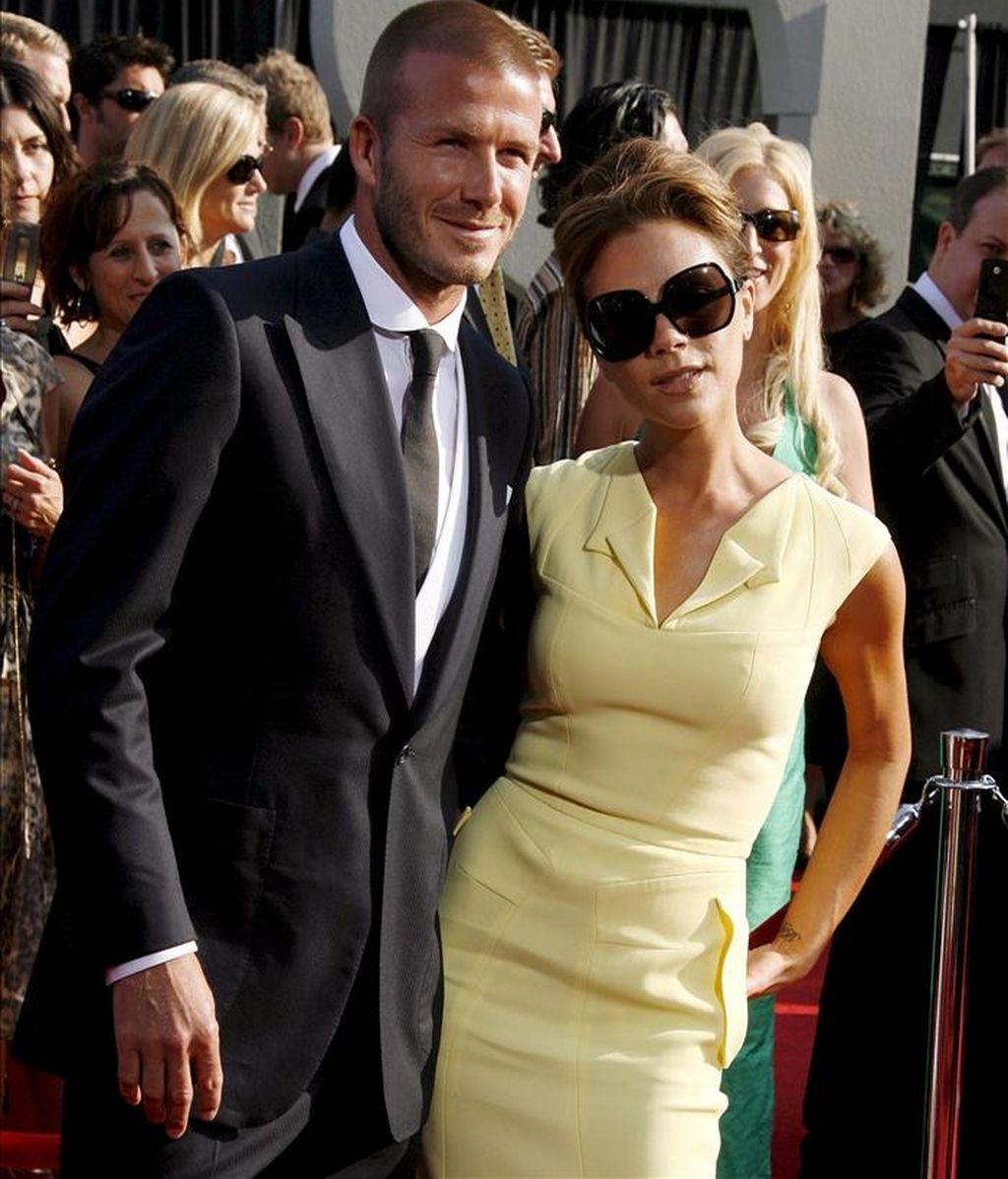 El futbolista británico David Beckham (izq) y su esposa Victoria. EFE/Archivo