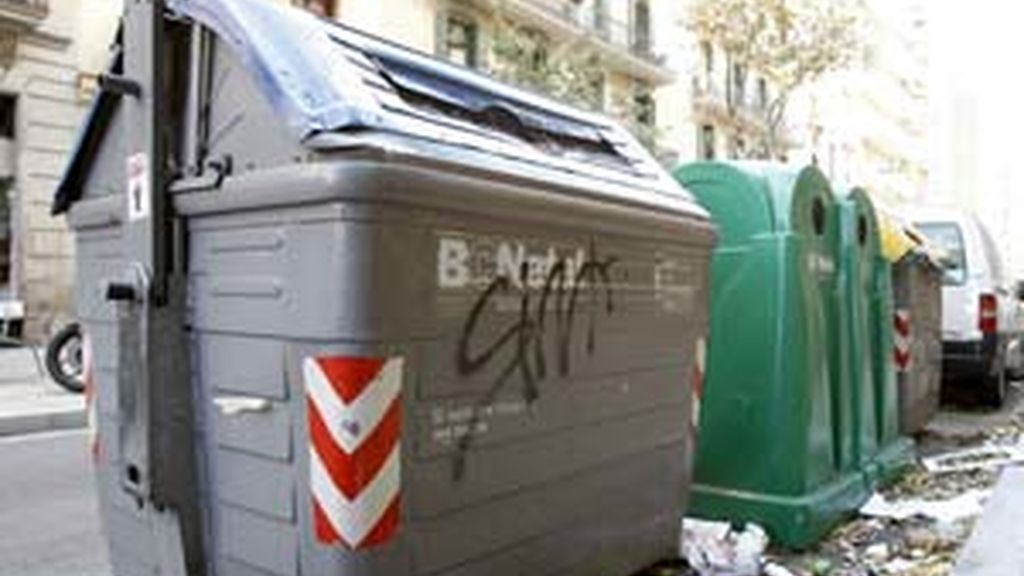 Contenedor de la calle Borrell de Barcelona donde fueron encontrados documentos confidenciales con los datos de 173 trasplantados en el hospital Clínic