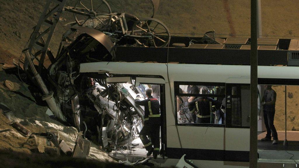 Un hombre de unos 35 años y una mujer joven han muerto hoy al chocar un tren de Metrosur con la topera en las cocheras de Loranca, en el límite de los términos madrileños de Fuenlabrada y Móstoles.