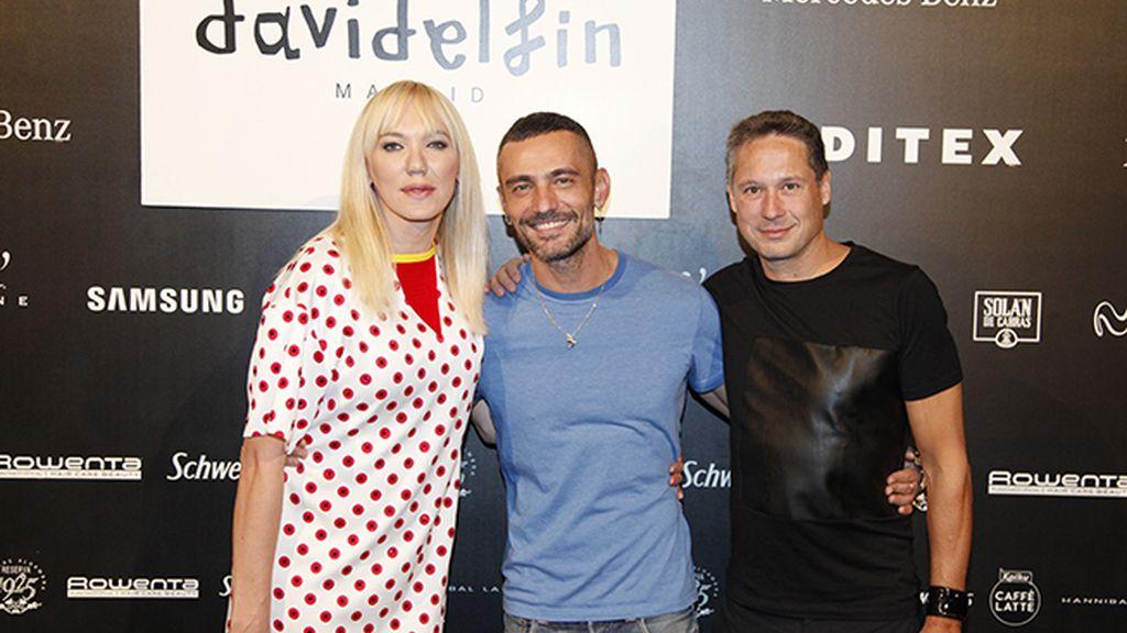David Delfín con el matrimonio formado por Topacio Fresh e Israel Cotes