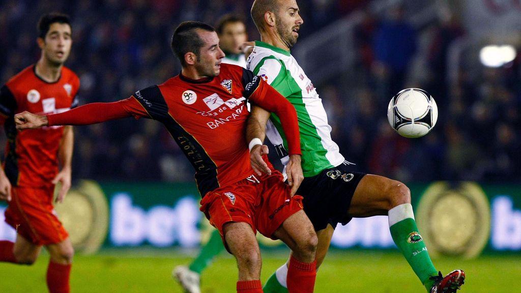 El delantero del Mirandés, Alain, trata de alcanzar un balón ante el centrocampista del Racing de Santander, Gonzalo Colsa