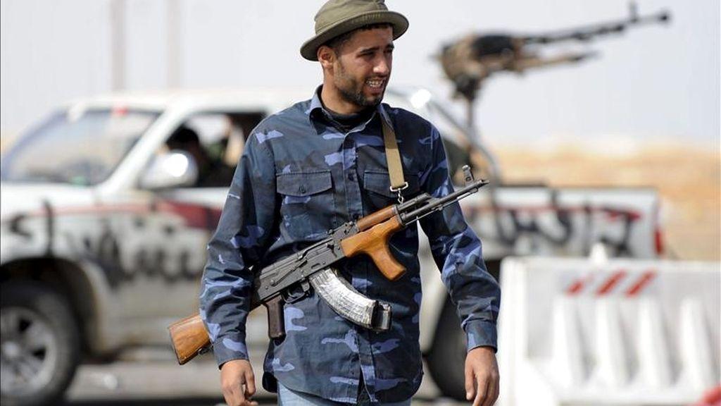 Un soldado rebelde libio vigila una calle mientras los rebeldes se preparan para defender la ciudad de Ajdabiya, Libia. EFE/Archivo