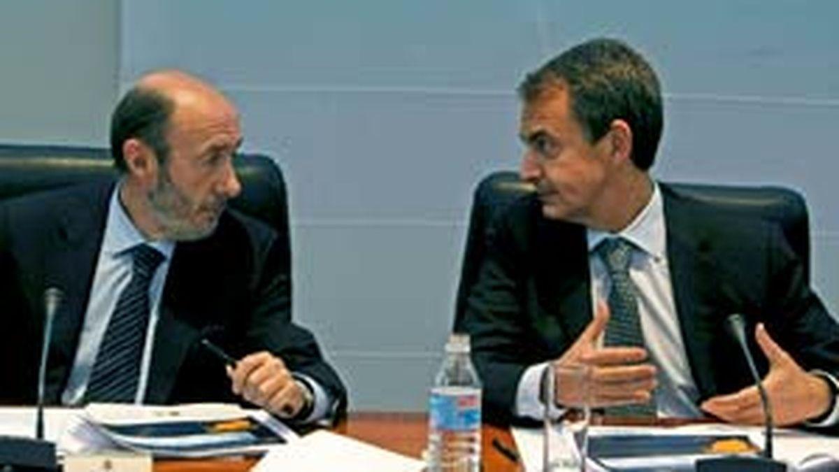 Rodríguez Zapatero (d), conversa con el vicepresidente primero del Gobierno y ministro del Interior, Alfredo Pérez Rubalcaba, durante la comisión delegada del Gobierno para situaciones de crisis. Foto: EFE.