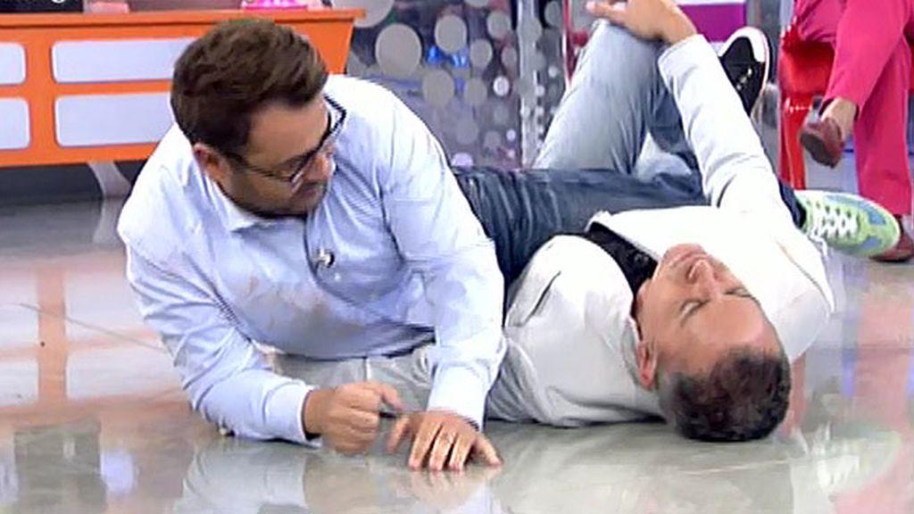 El colaborador y el presentador acaban en el suelo