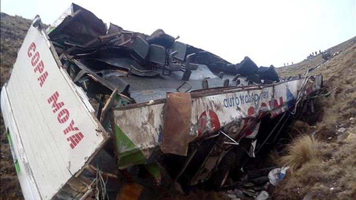 Al menos 12 personas murieron y una veintena resultaron heridas en un accidente de autobús ocurrido la madrugada del jueves en la región central de Cochabamba. EFE/Archivo