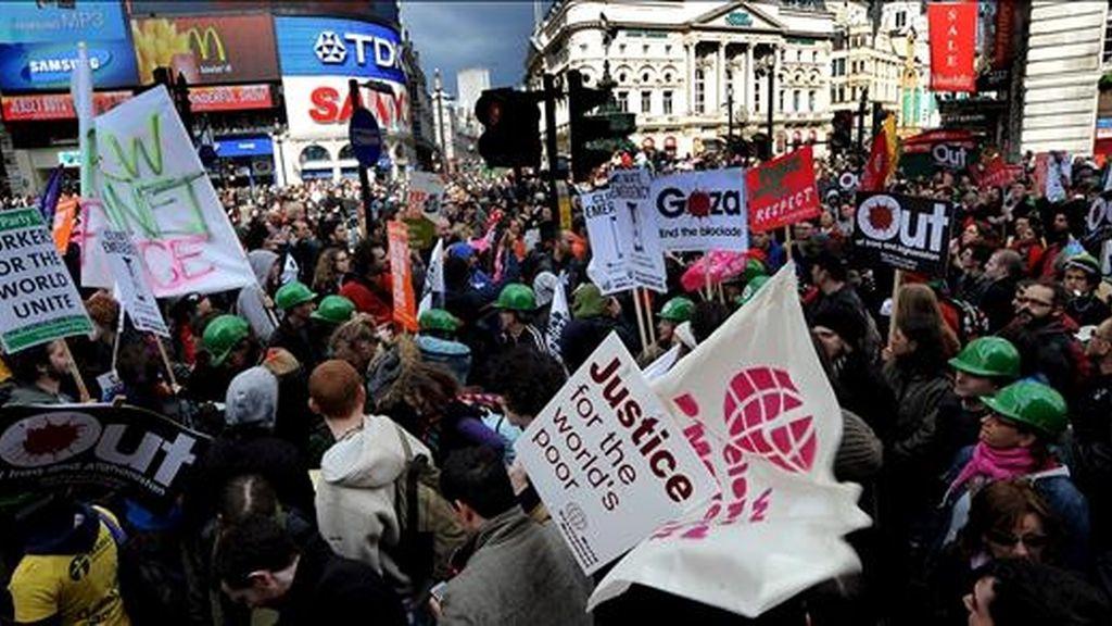 Miles de personas participan en una manifestación en la plaza londinense Piccadilly Circus, Reino Unido, pidiendo que se tomen acciones contra la pobreza, el cambio climático y la crisis económica en el marco de la cumbre del G20 que se llevará a cabo la próxima semana. EFE
