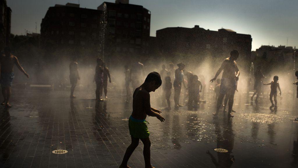 Niños jugando en las fuentes de Madrid Río