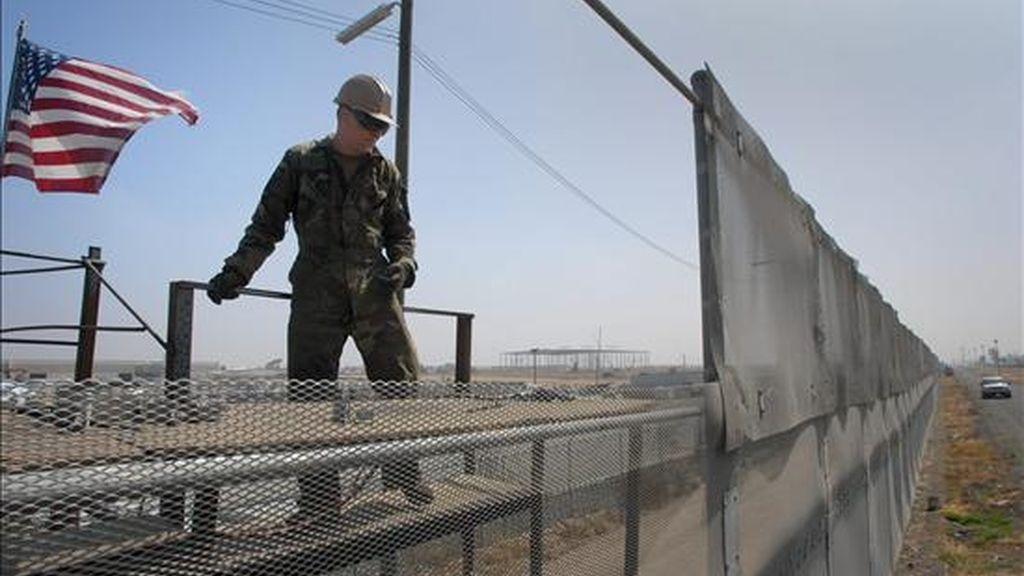 En total, 524 soldados serán desplegados en Arizona, 250 en Texas, 224 en California y 72 en México. En la imagen, un sargento de la Guardia Nacional de California, hace arreglos en la valla fronteriza secundaria que divide EE.UU. de México. EFE/Archivo