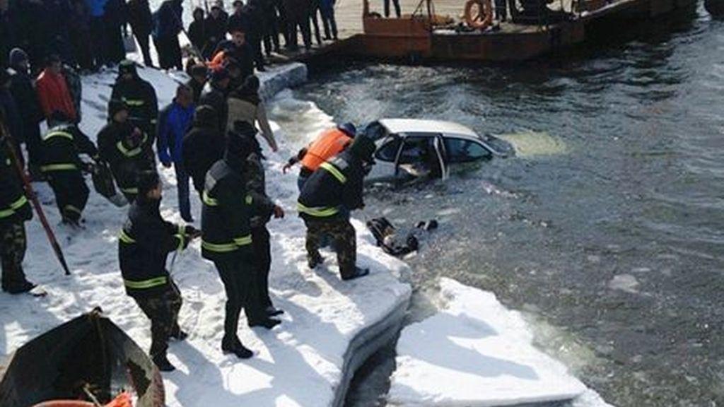 Mueren abrazados después de caer con en el coche a un río congelado