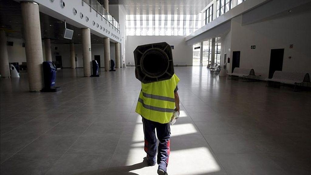 Un operario camina por las instalaciones del aeropuerto de Castellón. EFE/Archivo