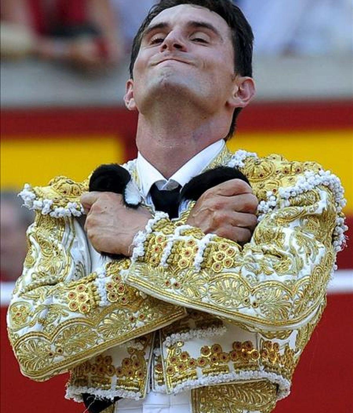 El torero madrileño Joselillo momentos antes de salir a hombros de la Plaza de Toros de Pamplona tras cortarle dos orejas a su segundo toro de la tarde en la Feria del Toro de Pamplona con motivo de los Sanfermines 2010. EFE