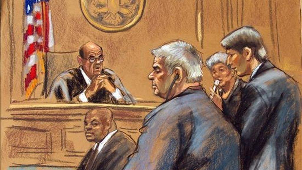 Boceto en el que se puede apreciar al juez Alvin K. Hellertein (izda) mientras impone una sentencia de 15 años de prisión sin derecho a libertad condicional a Luis Armando Peña Soltren (centro), en presencia de su abogado, James E. Newman (dcha). EFE