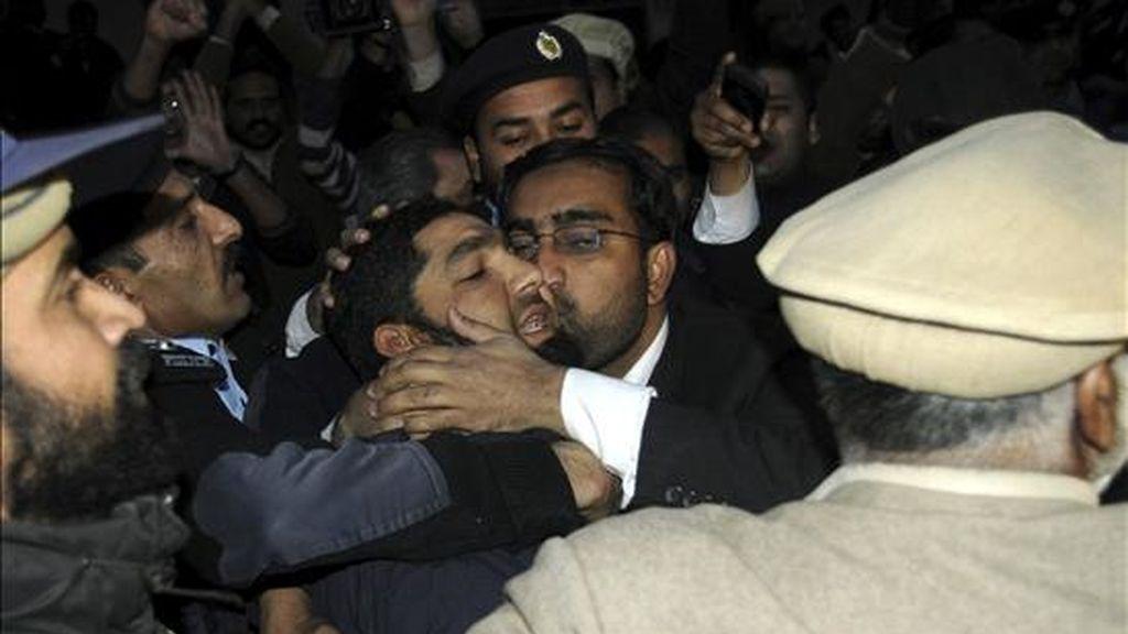 Malik Mumtaz Hussain Qadri (c), el supuesto asesino del gobernador de la provincia oriental de Punyab, Salman Tasir, recibe un beso al llegar al tribunal en Islamabad, Pakistán, hoy, 5 de enero de 2011. Salman Tasir, un crítico de las leyes antiblasfemia de Pakistán, recibió hasta nueve disparos cuando se hallaba cerca de su vehículo, aparcado en la céntrica zona comercial de Islamabad. EFE
