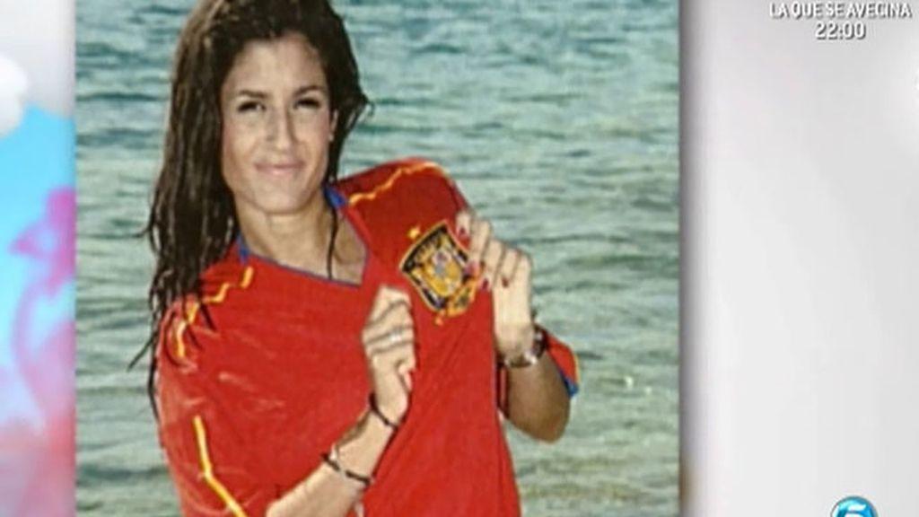 La jerezana ha posado con la equipación de España para la revista 'Sálvame'
