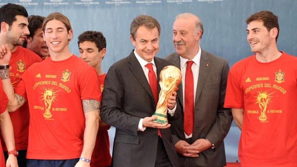 2010: Zapatero con la Copa del Mundo