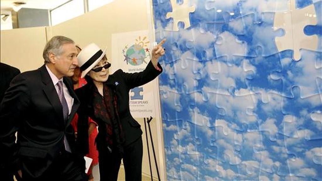 La artista japonesa Yoko Ono (2i) conversa con el embajador de Chile ante la ONU, Heraldo Muñoz (i), durante la presentación de un mural creado por la artista con motivo del Día Mundial sobre el Autismo. EFE